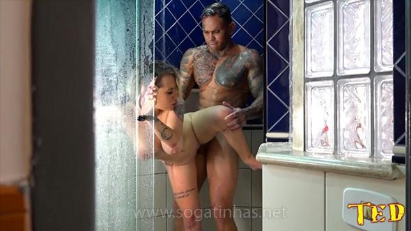 baixar Durante a foda no chuveiro Binho Ted entra após a novinha pedir download