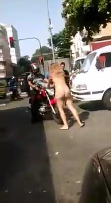 baixar Mulher drogada fica nua e rola pela calçada em frente a motel na Tijuca! (sem tarja) download